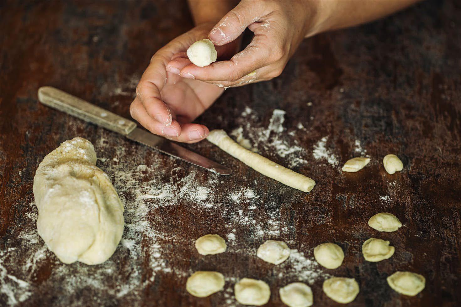 Le mani trasformano e sagomano la pasta creando con il pollice le famose orecchiette a Bari