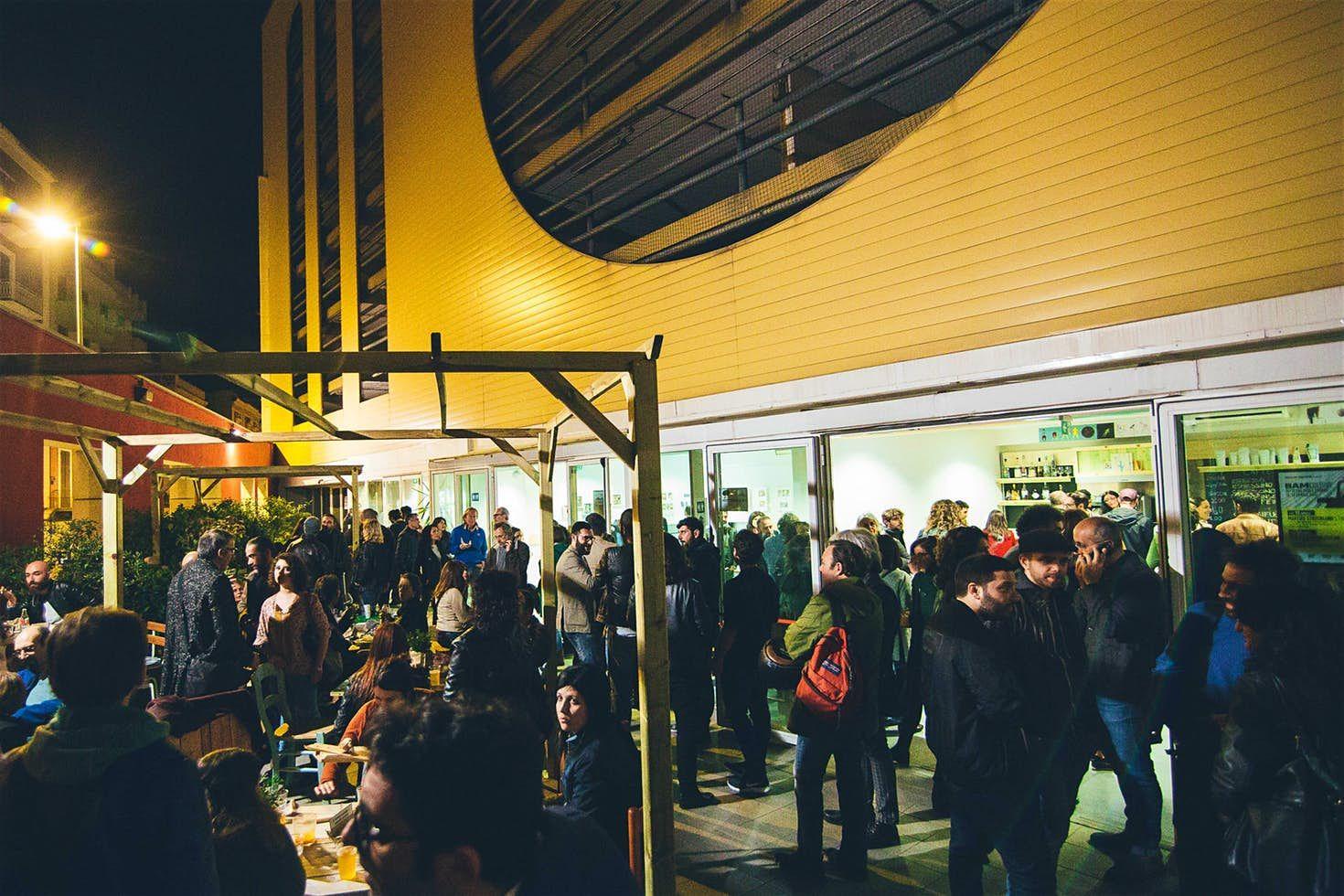 Il locale l'Officina degli Esordi a Bari la sera affollato anche all'esterno