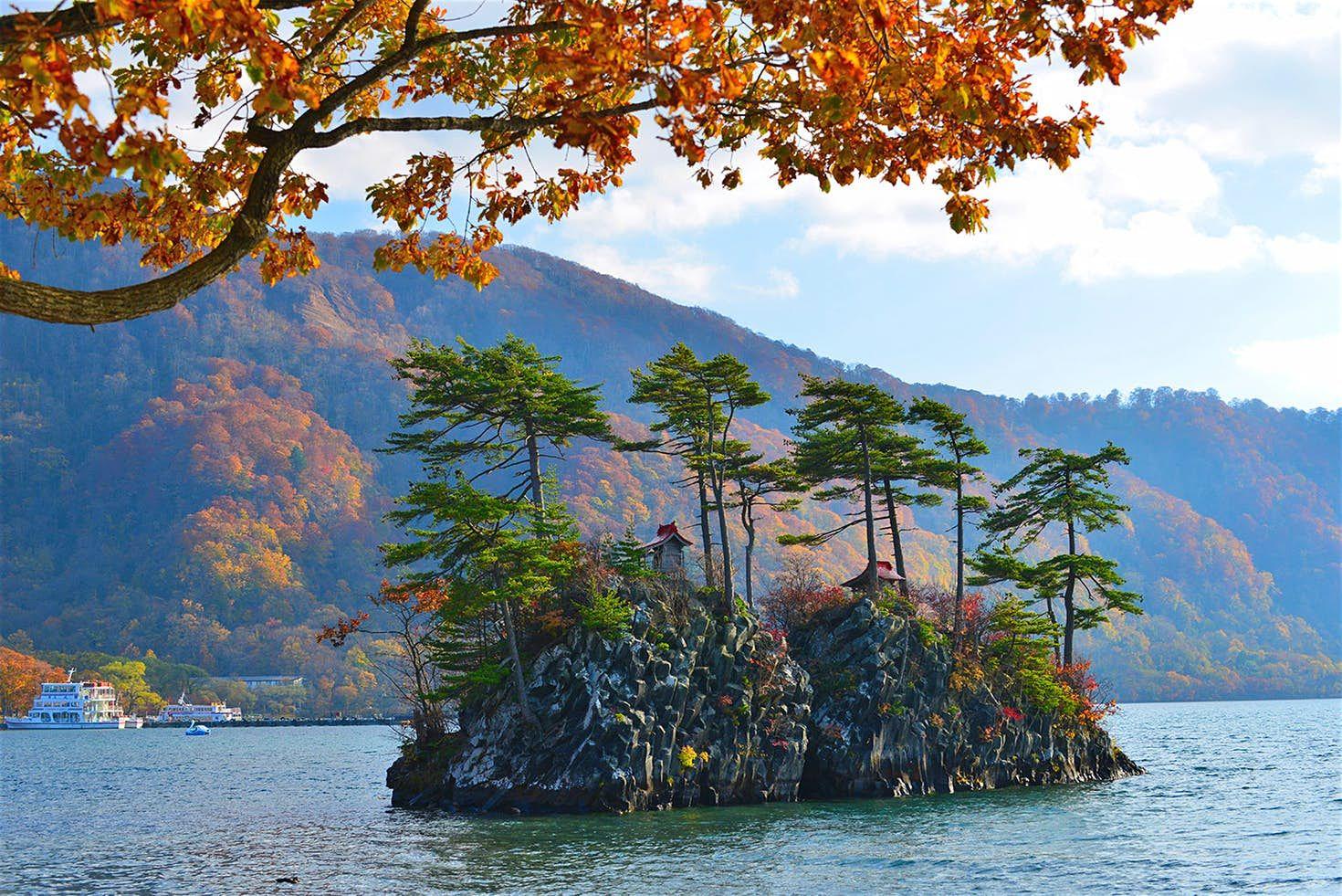 Il lago Towada nel Parco Nazionale Towada Hachimantai creato da un'eruzione vulcanico