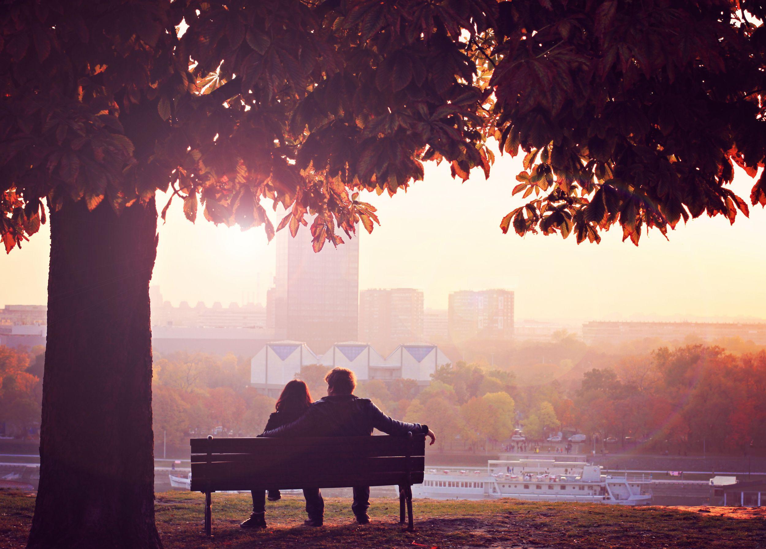 Posti dove baciarsi, con panorama: le 10 panchine più romantiche del mondo