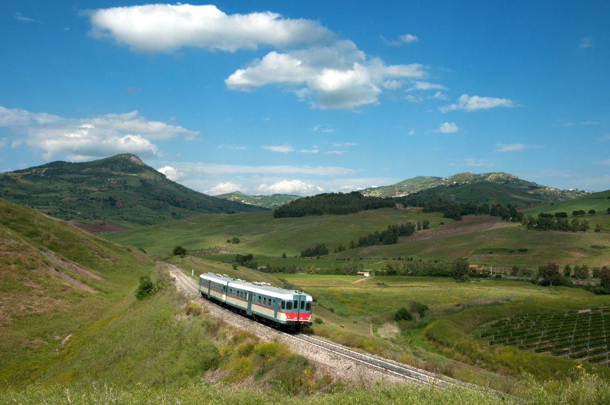 In treno lungo la Sicilia sud-orientale